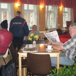 Gäste im Café Jerusalem