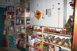 Im Kleider- und Haushaltslädchen des Café Jerusalem findet sich auch Saison-Ware