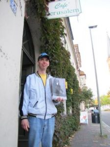 Verkäufer der Straßenzeitung Jerusalëmmer