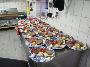 Mithilfe von Spenden konnten wir 2016 über 22.000 Mahlzeiten an die Gäste des Café Jerusalem ausgeben