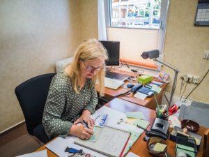 Elke Grell im Büro des Café Jerusalem